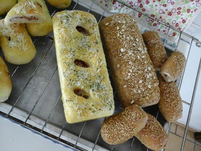 """PÃO MULTI GRÃO E MINI PÃO E PÃO RECHEADO  Ateliê na Cozinha Paes Artesanais, pães integral e multi-grãos, Pães Caseiros. Os Pães São feitos com Fermento Natural ou chamado de pain au levain""""."""