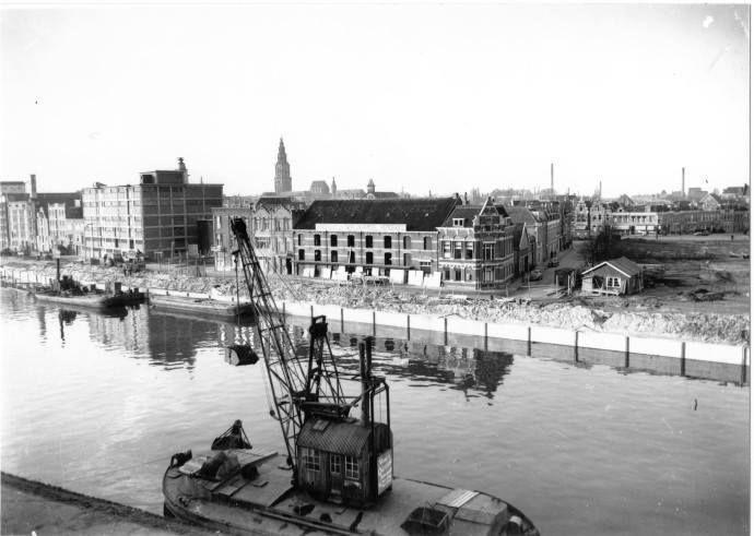 De Oosterhaven met gezicht op de Oosterkade bij de hoek met de Damsterkade in 1954- Foto's SERC