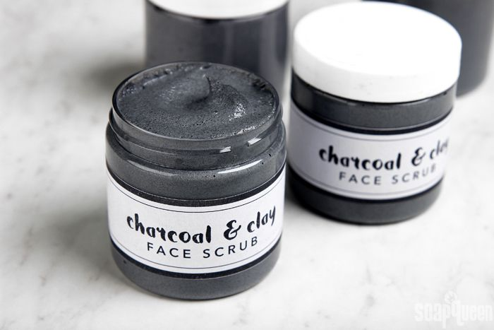 This facial scrub is made with charcoal and kaolin clay, making it perfect for oily skin. Tea tree essential oil gives the facial scrub a refreshing scent.