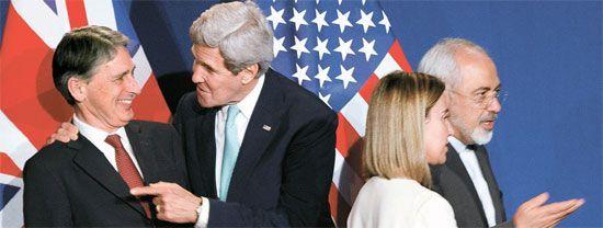 필립 해먼드 영국 외무장관, 존 케리 미 국무장관, 페데리카 모게리니 EU 외교안보 대표, 무함마드 자바드 자리프 이란 외교장관(왼쪽부터)이 2일(현지시간) 스위스 로잔에서 이란 핵 협상 타결 뒤 회견을 준비하고 있다. [AP=뉴시스]