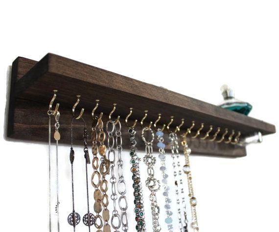 Ce collier fait à la main a 16 crochets et construit dans bocal en verre. La pièce est 20 de long et létagère du haut est 3 de large. Deux cintres en dents de scie installés sur le dos saccrochant au mur facile comme 1-2-3. Je vais également inclure deux clous de mur pour laccrocher.  Choisissez votre couleur de teinture à la caisse. Je prends également des commandes sur mesure (toujours amour nouvelles idées) donc sil vous plaît nhésitez pas à demander quelque chose pour vous.  Couleur sur…