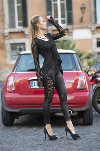 Spolverino con maniche di pizzo. Leggings ecopelle con inserti in pizzo.  Jacket with lace sleeves. Eco-leather leggings with lace inserts. One size.