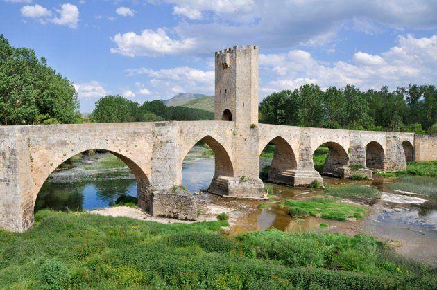 Frías (Burgos - Castilla y León) - En la comarca de las Merindades, en el valle burgalés de La Tobalina, encontramos esta villa de origen medieval. Sobre el cerro alargado destaca la silueta de la ciudad, presidida por el castillo de los Duques de Frías, la iglesia y las casas colgadas. Empinadas calles conforman este pueblo con encanto, donde próximo a él, sobre el Ebro, se levanta un bello puente medieval con torre defensiva el siglo XIV.