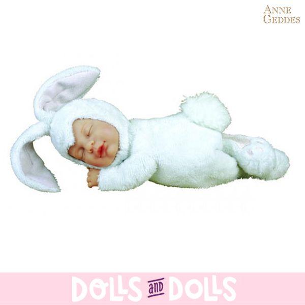 Os mostramos al conejo blanco de Anne Geddes, precioso muñeco lleno de originalidad  y frescura que embellecerá cualquier habitación con elegancia y creatividad. Su cuerpo es de peluche mientras que la cara y las manos han sido esculpidas en vinilo. Su principal atractivo es su carácter realista y tierno. Su trajecito blanco está realizado con un tejido muy suave y agradable. #Dolls #Bonecas #Poupées #Bambole #AnneGeddes