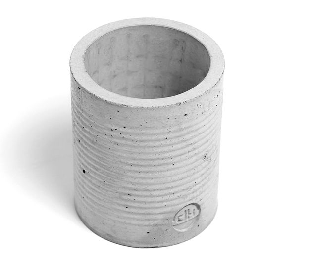 Diese schöne Vase aus Beton eignet sich zur Aufbewahrung von Kochutensilien oder als Stiftehalter auf dem Schreibtisch. Auf der Unterseite ist ein kleines Loch, damit sich keine Flüssigkeiten...