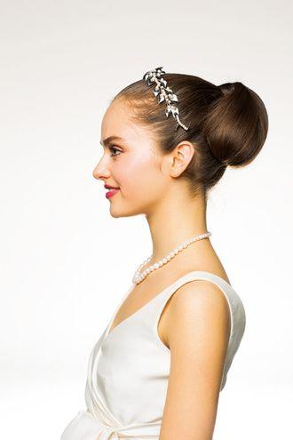 凛としたムード漂う、ミニマムなタイトアップ ウェディングドレス・カラードレスに合う〜アップの花嫁衣装の髪型まとめ一覧〜