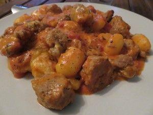 Gratin de gnocchi, sauce tomates et saucisses