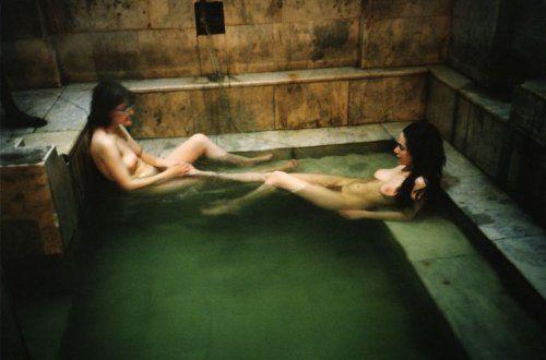 Bertien van Manen   Macha en Irina in bad, Tbilisi (1992) Bertien van Manen Geboorteplaats: Nederland Fotografie: Mode, snopshot
