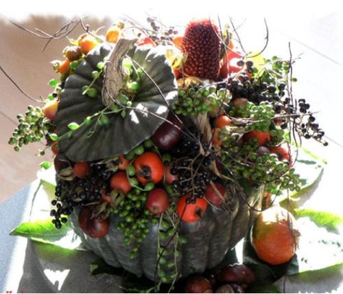 september - pompoen/kalebas met herfstmaterialen The most beautiful & unusual pumpkin arrangement yet.
