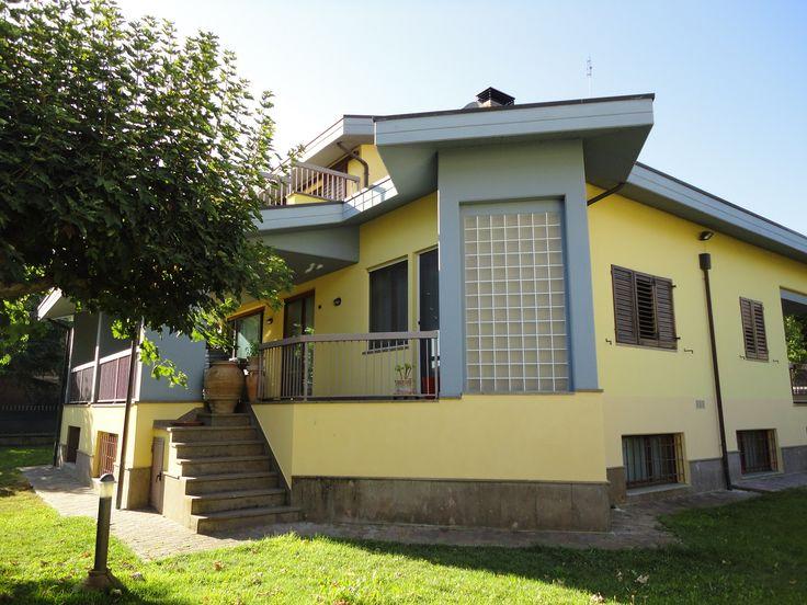 Villa de designer pres de Deruta, sur 3 niveaux pour un total d'environ 800 mètres carrés.