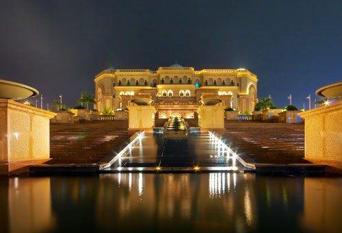 Gli unici 6 Hotel a 7 Stelle nel mondo Emirates Palace, Abu Dhabi, EmiratiArabi Aperto nel 2005, ha una marina privata e l'eliporto, oltre a due enormi piscine e due lussuose spa. Si trova su una spiaggia privata ed è circondato da 85 ettari di parco. Le 92 suite hanno pavimenti di marmo e rubinetterie d'oro. Le suite all'ultimo piano sono riservate esclusivamente agli emiri e alla famiglia reale dell'Emirato