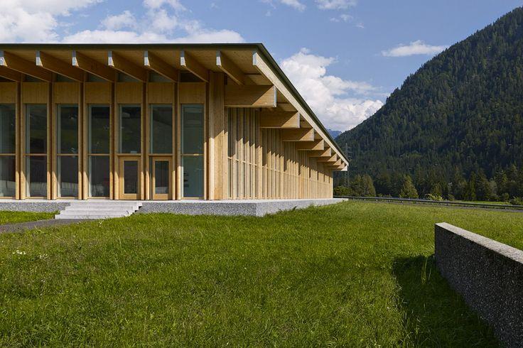 Nel 2013 Barkow Leibinger ha progettato il terzo padiglione per Trumpf Grüsch, completando il campus industriale composto dagli uffici e dal centro di ricerca e produzione. Una costruzione compatta in legno che dialoga con il contesto alpino, agricolo e industriale nel quale sorge.