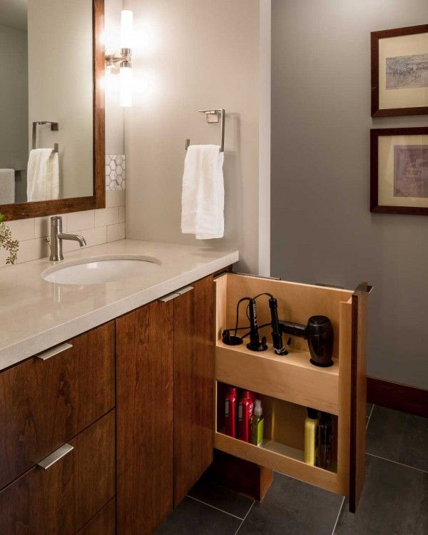 Rangement du sèche-cheveux et du fer à lisser dans le tiroir de la salle de bain