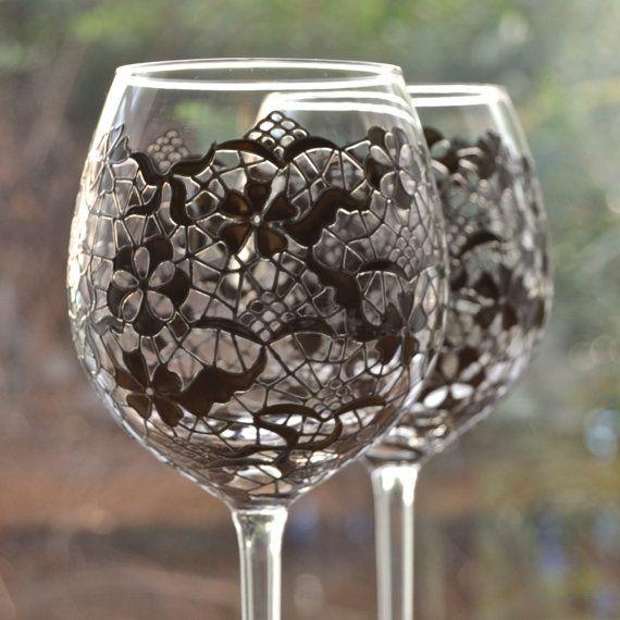 Omschrijving  Prachtig handgeschilderde ingewikkelde kant ontwerp op een paar grote wijn bekers staan 23cm hoog en houdt ongeveer 600ml wat dan ook u zin.  Het ontwerp, geïnspireerd door couture, Italiaanse kant, is een zorgvuldige, arbeid van liefde te creëren, dat omhult de kom van het glas en wordt weerspiegeld op de voet.  Deze glazen zijn beschikbaar om afzonderlijk of in paren. Maak uw keuze uit de daling onderaan doos.