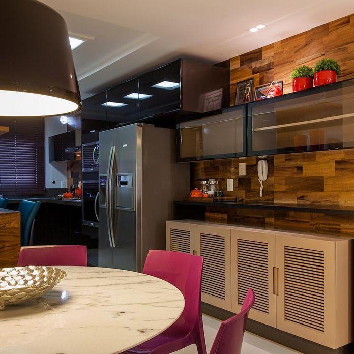 Cozinha com mesa de mármore e cadeira Roxa de Juliana Pippi - 70349 no Viva Decora