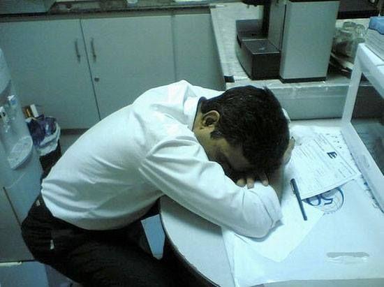 Japońscy pracownicy mają pozwolenie na krótkie drzemki w biurze. W ten sposób pokazują, jak ciężko pracują. W Polsce bynajmniej jest to nie do pomyślenia! Chyba pora to zmienić! :)