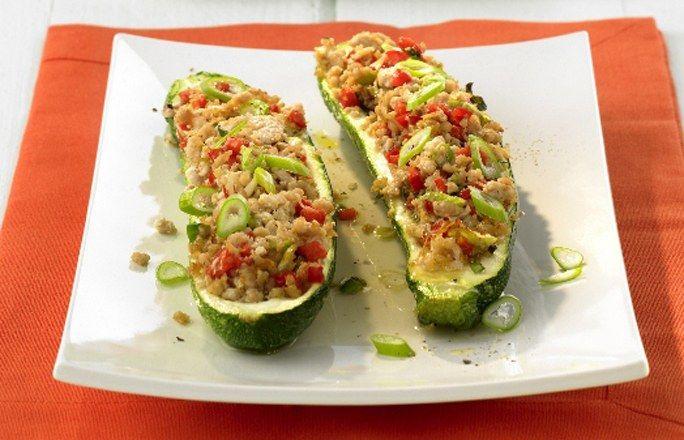 Gefüllte Zucchini-Schiffchen mit Reis - Die 10 besten Hackfleisch-Rezepte für jeden Tag - Zutaten für 4 Portionen: - 320 g Putenhackfleisch - 4 Zucchini - 2 weiße Zwiebeln - ½ Bund Petersilie - 1 gelbe Paprika - 1 rote Paprika - 1 Bund Frühlingslauch...
