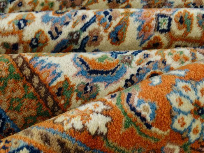 Dit is een handgeknoopt Bidjar tapijt, gemaakt van duurzame, natuurlijke materialen. De manier van knopen en diversiteit in patronen maken dit kleed tot een unicum en benadrukken het authentieke en ambachtelijke karakter.  Bidjar ligt in het westen van Iran. Bidjar's zie je met medaillon en zonder dit heet een Herati-patroon. De Bidjar is gemaakt van wol van hoge kwaliteit op een katoenen schering (onderdraad), het zijn vaak dikke en compacte tapijten waarvan de haren bijna rechtop staan…