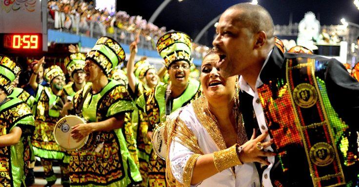 Integrantes comemoram o fim do desfile na dispersão da Mocidade Alegre