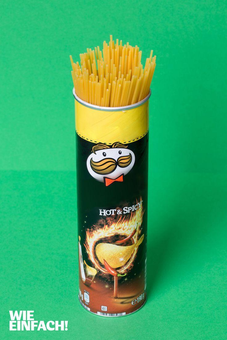 Die Spaghetti-Packung ist aufgerissen, aber nicht aufgebraucht. Wohin mit dem Rest? Eine ausgespülte Chips-Dose ist die perfekte Aufbewahrungsmöglichkeit für Spaghetti! Foto: Torsten Kollmer