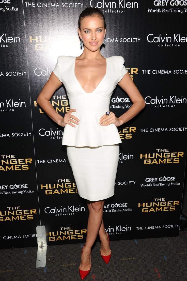 Vestido cóctel blanco con escote en pico Palabra de www.palmiracompilar.com #homenajeatuangel