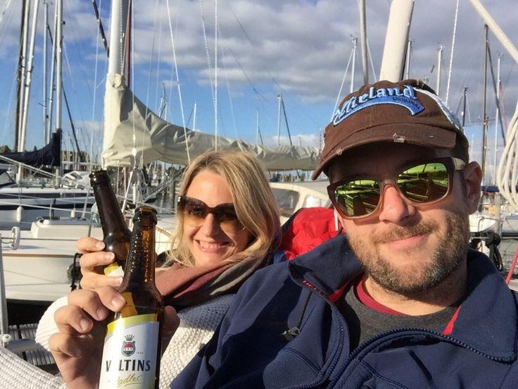 #Anlegerbier nach einem erfolgreichen #Segeltag im #Hafen von #Enkhuizen in #Holland an Deck unserer #Dehleroptima92. Wer mag darf gern mal in unserem #Segelblog vorbeischauen. #sailing #blog #woman