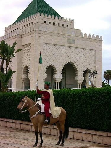 Marokko , Rabat, Ehrenwache hoch zu Ross am Mausoleum Mohammed V, 3-74