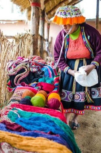 Pérou - Développement du tourisme solidaire - L'utilisation de teintures naturelles donnent de la valeur ajoutée aux pièces de tissage.
