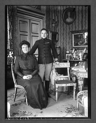 Rainha Amélia de Portugal e o seu filho, Rei D. Manuel II of Portugal em 1910 antes da revolução