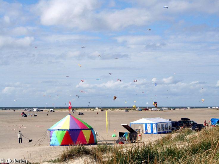 Bei strahlendem Sonnenschein gibt es nichts schöneres als Drachen steigen lassen. Das ist möglich am 15 km langen Sandstrand auf Fanø #Dänemark #Urlaub #Fanø #Drachenfliegen #Strand #dk-ferien #Sommer #Sonne