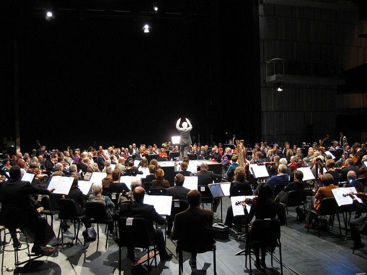 Brussels Philharmonic & Slagwerk Den Haag - In the middle of Xenakis - Iannis Xenakis' muziek omgeeft de luisteraar als een muzikaal gebouw: tijd wordt opgedeeld door klankzuilen, en glijdende klankvlakten en -massa's refereren aan gebogen architecturale vormen.
