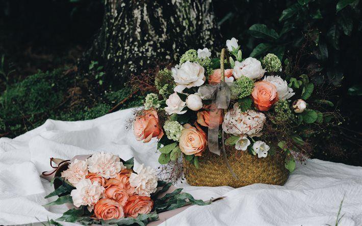 Lataa kuva Kori, jossa on kukkia, ruusut, pionit, kauniita kimppuja, oranssi ruusut
