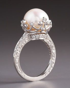 Different kind of engagement ring - i like it...Penny Preville Pearl Ring <3