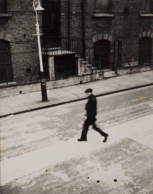 mpdrolet: Man in Bunsen Street, Bethnal Green, 1950 Nigel Henderson