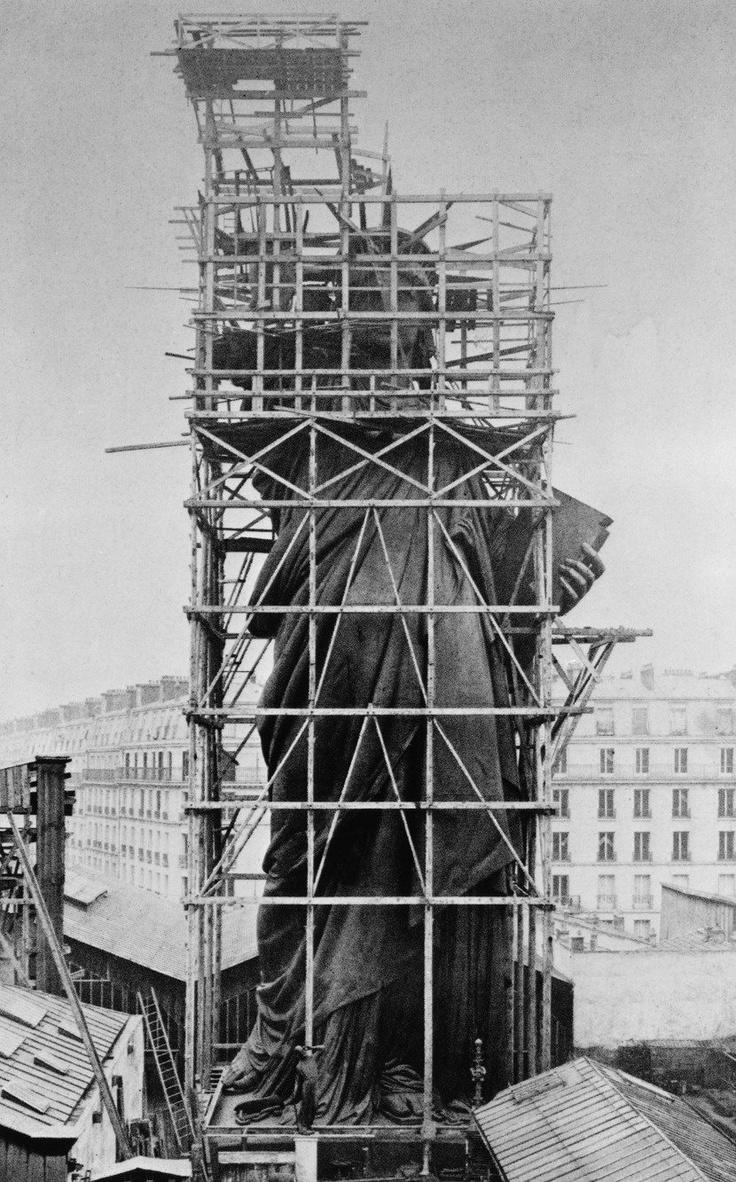 Foto rara da Estátua da Liberdade sendo construída em Paris, 1884. A estátua foi projetada e construída pelo escultor francês Frédéric Bartholdi. O monumento comemora o centenário da assinatura da Declaração da Independência dos Estados Unidos da América e foi um presente da França para os Estados Unidos.
