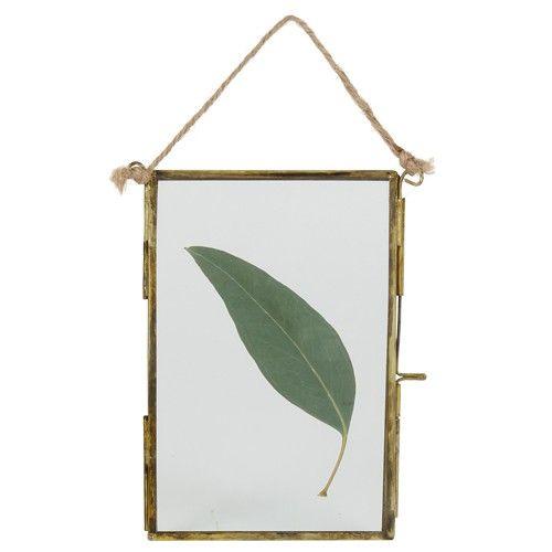 Dit metalen fotolijstje, met naturel koord om op te hangen, voegt charme toe aan je woonkamer,