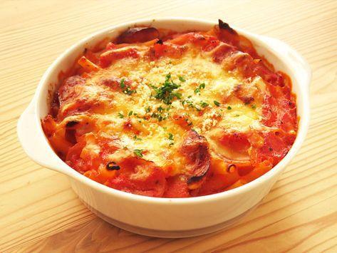 トマトソースを使ったマカロニグラタンのレシピを画像で詳しく掲載。トマト缶で作るトマトソースを使っておいしいマカロニグラタンに。具はマカロニの他、シンプルにウインナーソーセージと玉ねぎだけ。簡単でおいしい、トマトソースのマカロニグラタンのレシピです。