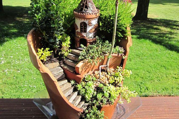 植木鉢を思いがけず割ってしまうことってありますよね。そんな時にオススメしたいのがこちらのアイデア。割れたパーツとスペースを生かして、植え込んでいくんです。動物や建物のフィギュア...