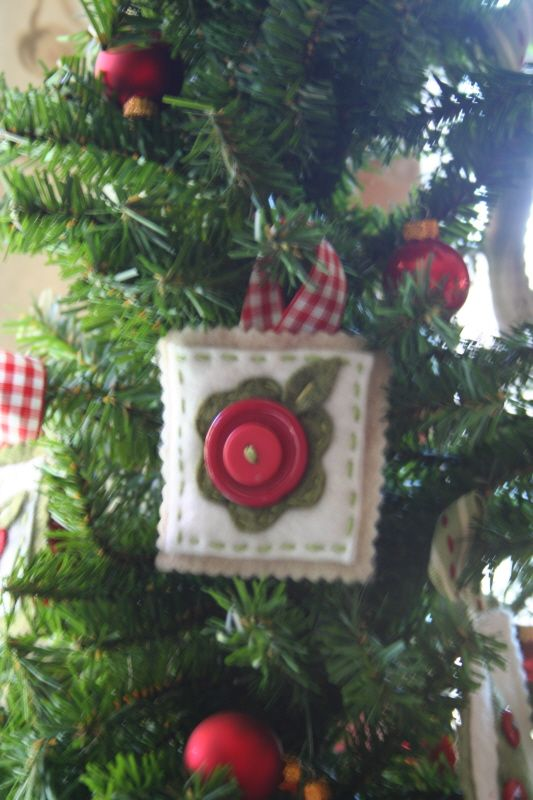 adorable felt/button ornaments  This design reminds me of Mary Englebreit's style  Cute, easy. The kids could make these!