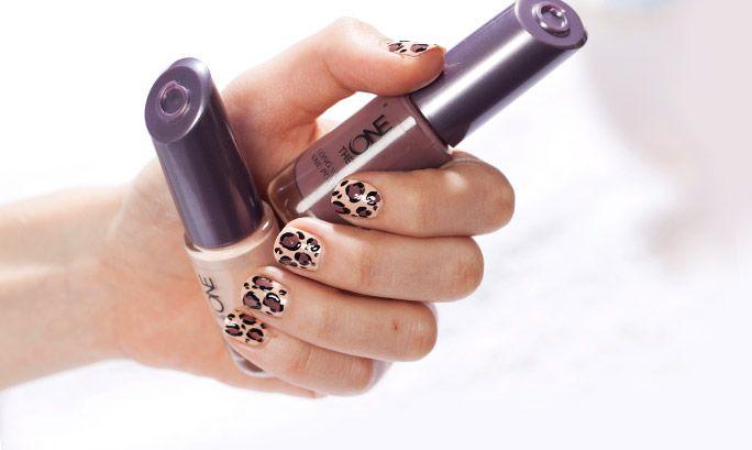 Nimic nu ilustrează mai bine aerul languros precum stilul animal print. Pentru a obține unghii cu imprimeu de leopard vei avea nevoie de trei nuanțe de ojă și o pensulă subțire – fii pregătită să epatezi!