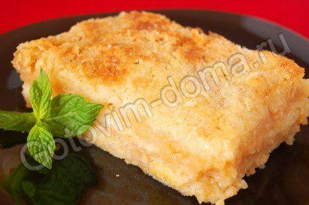 Насыпной яблочный пирог яблоки (сочные) - 4-5 шт (~1 кг), сливочное масло - 120-150 г, для сухой смеси: мука - 1 ст, манная крупа - 1 ст,сахар - 1 ст, разрыхлитель - 1,5-2 ч/л, ванильный сахар - 1/2 ч/л  Приготовить сухую смесь: Муку просеять с разрыхлит. +сахар, манную крупу, ванильный сахар и перемешать.Яблоки натереть на крупной терке.в смазан. форму  слоями: слой сухой смеси, слой тертых яблок.Сверху натереть на крупной терке хорошо охлажденное слив/масло. Выпекать при t ~180°C ~40-45…
