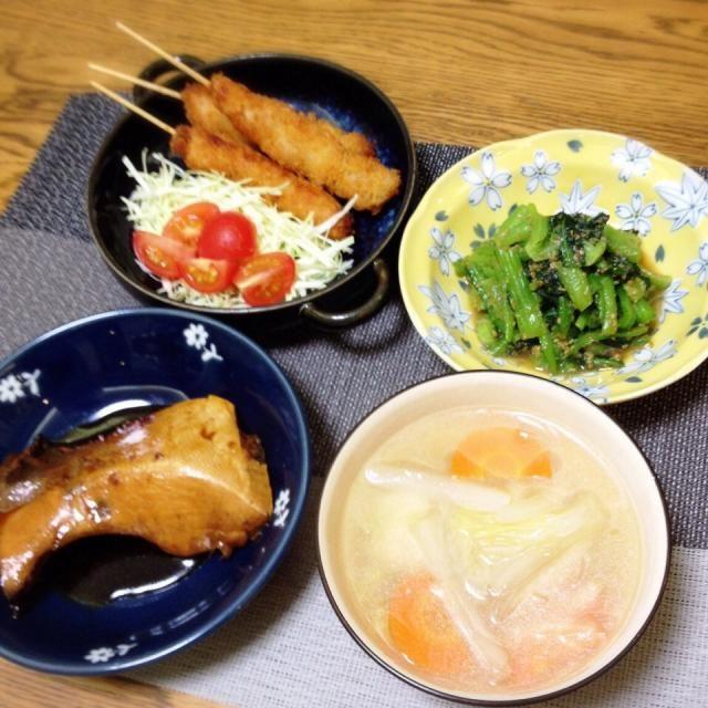 名古屋コーチンのガラで出汁を取り、ヤゲンのミンチ1に鳥ももミンチ2で作ったコリコリ美味しい鶏団子を入れ、白菜・にんじん・春雨のスープ。 - 138件のもぐもぐ - 串カツ・小松菜の胡麻和え・鶏団子汁・ぶりカマ煮付け by madammay