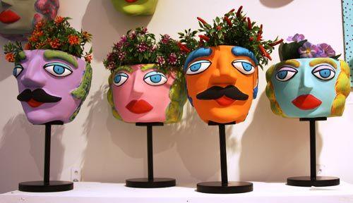 Em forma de rostos, os divertidos vasos da Annete Berliner são feitos de argila e pintados à mão.