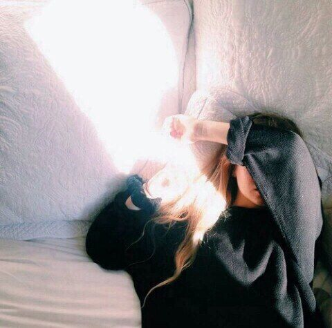 Девушка, постель, белые подушки, черный свитер, солнечные зайчики