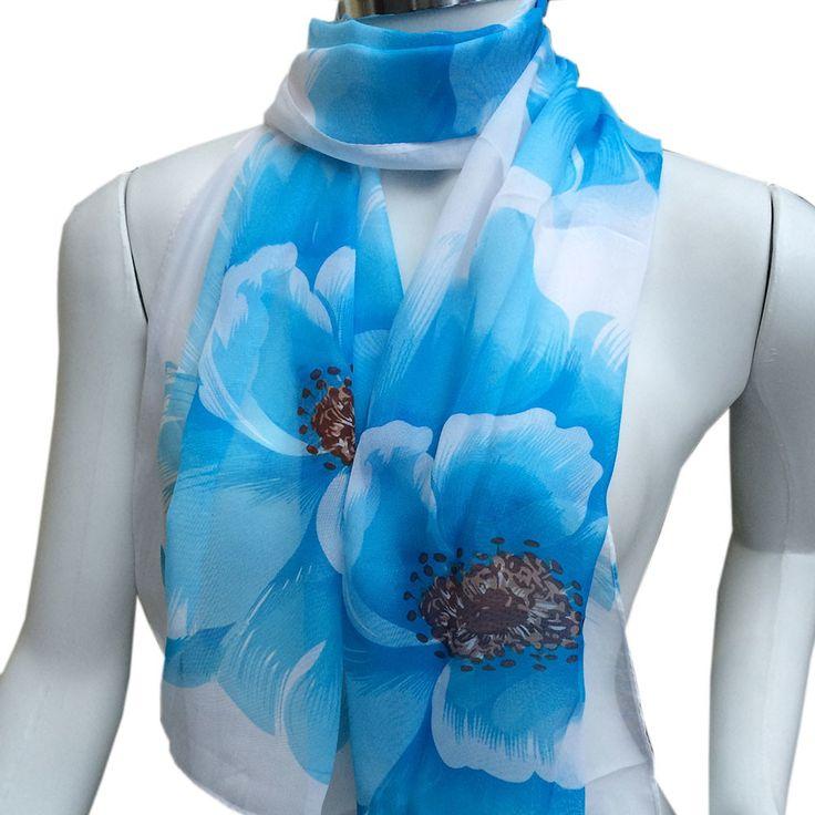 Sobre a peça:  Echarpe de seda, super leve, delicada, com fundo branco e flores azuis.    Diferencial:  O produto já chega a você embrulhado para presente, em uma embalagem especial da marca.    Medidas:  Largura aproximada: 50 cm.  Comprimento aproximado: 1,50 m.  Peso aproximado: 48 g.