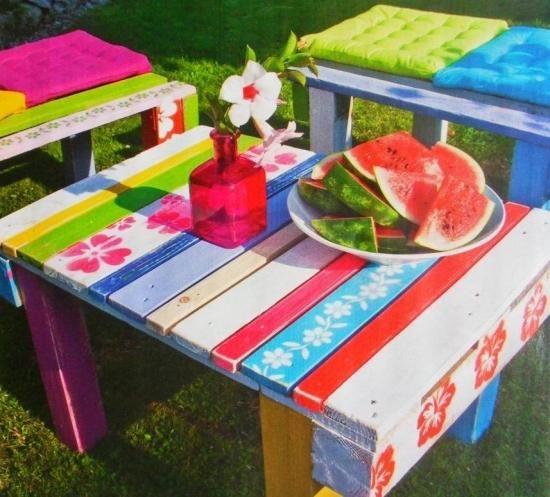 palette en bois table moderne en couleurs vives