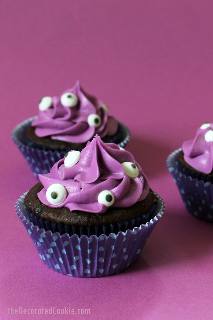 MONSTER CUPCAKES- googly-eyed cupcakes for easy Halloween treats - decorating ideas for halloween cupcakes