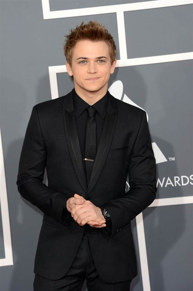 Country singer Hunter Hayes pairs his slick black suit with tennis shoes. (Photo: Jason Merritt / Getty Images) #Grammys