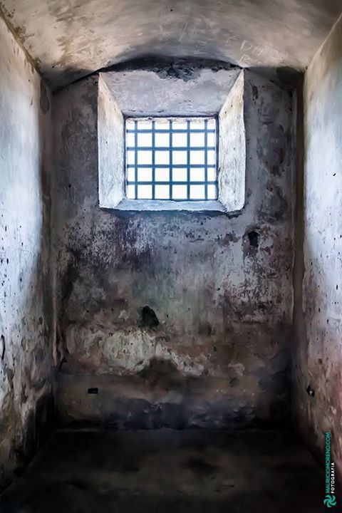 Cela da antiga Casa de Detenção do Recife agora Casa da Cultura Recife - Pernambuco Brasil.  #recife #pernambuco #fineart #art #photography #architecture #landscape #decoration #interiordesign #casadedetencao #detention #cela #cell #janela #window #parede #wall #cubicle #cubiculo #mmorenofoto #engenharia #engineering