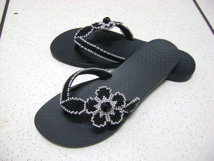Chinelo Bordado com Flor em p�rolas brancas e pretas todo feito em beadwork.